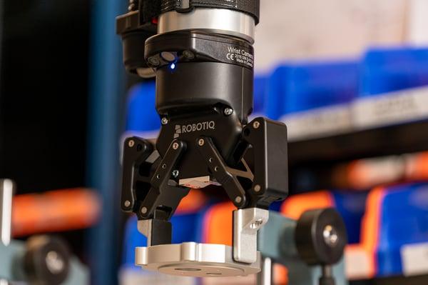 Robotiq-gripper-holding-a-piece