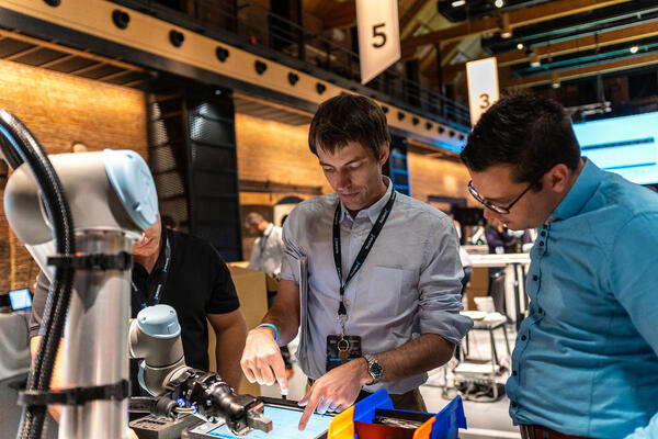 Employee showing a product at the 2018 - Robotiq User Conference RUC
