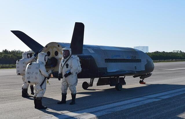 X-37B_OTV4_landed_at_Kennedy_Space_Center_170507-O-FH989-001.jpg