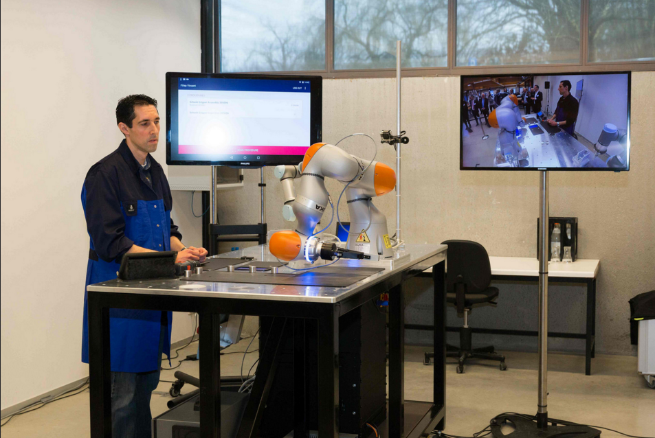 Smart Digital Factory Lab Using Robotiq Grippers